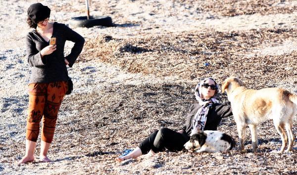 BODRUMLULAR GUNESLI VE SICAK HAVANIN TADINI CIKARDI. (FOTOGRAF: DHA - YASAR ANTER / BODRUM)
