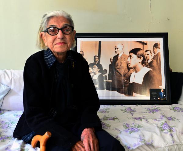 1937 YILINDA MUSTAFA KEMAL ATATURK ILE CEKILDIGI FOTOGRAFLA BIRCOK DERS KITABINDA YER ALAN VE SIMGE HALINE GELEN REMZIYE TATLI, DUN GECE RAHATSIZLIGINDAN DOLAYI EVINDE HAYATA GOZLERINI YUMDU. FOTO: CAN CELIK/ADANA, (DHA) *ARSIV*