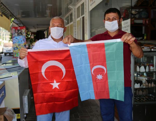 ANTALYA'NIN ALANYA ILCESINDE ALTSO BASKANI MEHMET SAHIN ONCULUGUNDE AZERBAYCAN'A DESTEK AMACIYLA BAYRAK KAMPANYASI BASLATILDI.(FOTO:ALANYA-DHA)