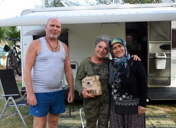 ROMANYA'NIN BASKENTI BUKRES'TE YASAMINI SURDUREN AVUKAT MIHAELA CARMEN (52) ILE ESI CATI USTASI ALMAN STEPHAN SCAHAFER (54), EN SON 2013 YILINDA GELDIKLERI DEMRE'DE, KENDILERINE YOL AZIGI VEREN KESKIN AILESINI UNUTMADI. CIFT, O GUN ALDIKLARI AZIGIN HATRINA, AILEYI ZIYARETE GELDI. CIFT, ZIYARETIN SON GUNUNDE YINE EVIN HANIMI DURKADIN KESKIN (56) TARAFINDAN HAZIRLANAN YOL AZIGIYLA UGURLANDI.(FOTO:AHMET ACAR/DEMRE-DHA)