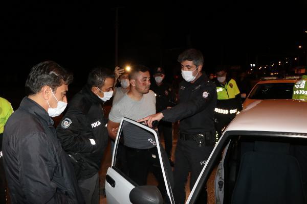 """BURDUR'DA POLIS EKIPLERININ 'DUR' IHTARINA UYMAYIP, OTOMOBILIYLE KACMAYA CALISAN SURUCU ISMET O. (20), ONLARCA POLISI PESINE TAKTI. BIR POLIS OTOSUNA DA CARPAN SURUCU, POLISIN YOLU TIR'LA KAPATMASI SONRASI, ARACINI BIRAKIP KACMAYA CALISIRKEN YAKALANDI. """"EPILEPSI HASTASIYIM"""" DIYEREK POLISTEN SIGARASI VE CAKMAGINI ISTEYEN ISMET O., 0,89 PROMIL ALKOLLU CIKTI. ISMET O.'YA TOPLAMDA 16 BIN 690 TL CEZA UYGULANIRKEN, EHLIYETINE ISE 3 YIL 2 AY EL KONULDU.(FOTO:MESUT MADAN/BURDUR-DHA)"""