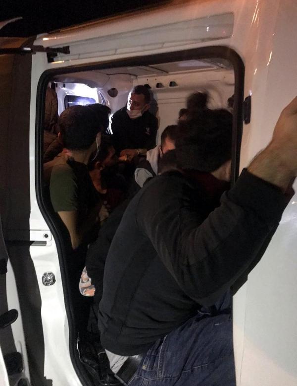 TEKIRDAG'DA, POLISIN SUPHE UZERINE DURDURDUGU HAFIF TICARI ARACTA, YURT DISINA CIKIS HAZIRLIGINDA OLAN 15 KACAK GOCMEN YAKALANDI.  (FOTO: DHA, TEKIRDAG)
