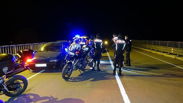 DUZCEDE POLIS EKIPLERI OTOYOL UST GECIDININ UZERINDE DURANLARA CEZA KESTI. FOTOGRAF-TEZCAN SOLMAZ-DUZCE-DHA