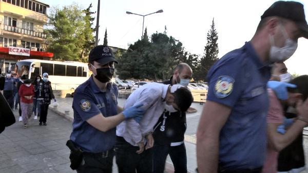 KAHRAMANMARAS MERKEZLI 2 ILDE 'TORBACI' DIYE TABIR EDILEN UYUSTURUCU SATICILARINA YONELIK POLIS TARAFINDAN SAFAK VAKTI DUZENLENEN OPERASYONDA GOZALTINA ALINAN 21 KISIDEN 19'U TUTUKLANDI. FOTO: KAHRAMANMARAS-DHA