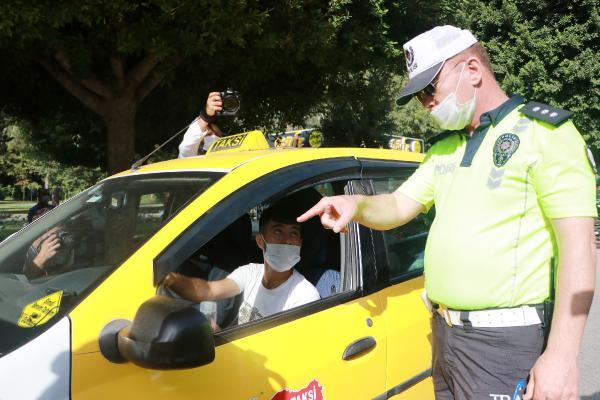 POLIS, DENETIM SIRASINDA TAKSILERI DE DURDURARAK SALGINA KARSI TEDBIRLER KONUSUNDA UYARILARDA BULUNDU. FOTO: CAN CELIK/ADANA, (DHA)