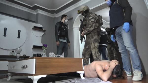 BURSA'DA, UYUSTURUCU SATICILARINA 600 POLISIN KATILIMIYLA ES ZAMANLI SAFAK OPERASYONU DUZENLENDI. OZEL HAREKAT TIMLERININ DE DESTEK VERDIGI BASKINLARDA COK SAYIDA SUPHELI GOZALTINA ALINDI. FOTO ISMAIL HAKKI SEYMEN-BURSA-DHA