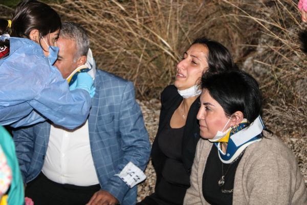 ANTALYA'DA BIR ISYERINDE CALISAN PERSONELI TASIYAN SERVIS MINIBUSU YAGMUR NEDENIYLE KAYGANLASAN YOLDA DEVRILDI. KAZADA SERVISTE BULUNAN 8 PERSONEL YARALANDI. (FOTO: SEMIH ERSOZLER/ANTALYA, DHA)