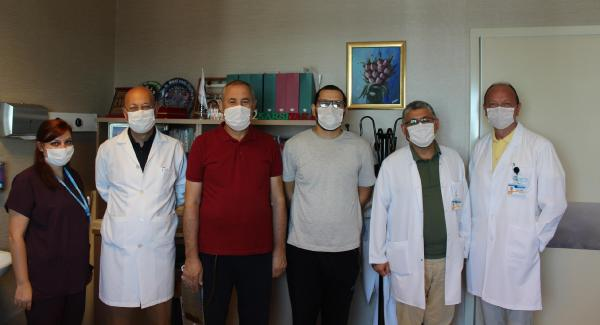ANESTEZI IHTISASI YAPAN AZERBEYCANLI DOKTOR TURAL MURADLI (28), SIROZ NEDENIYLE KARACIGER NAKLI GEREKEN BABASI HUSEYN MURADLI'YA (59) DONOR OLDU. (FOTO: IZMIR DHA)