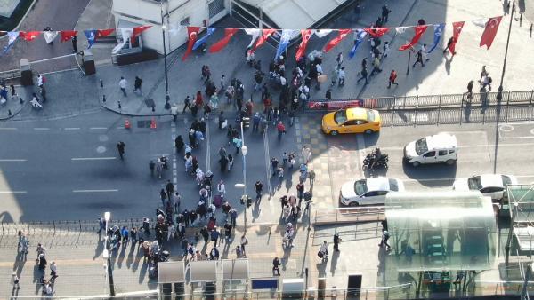 ISTANBUL DA KORONAVIRUS SALGININDA RAKAMLAR YUKSELIRKEN EMINONU MEYDANI HAFTANIN ILK GUNUNDE ARAC VE YAYA TRAFIGI VARDI (FOTO ALI AKSOYER/ISTANBUL(DHA))