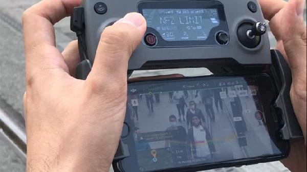 TAKSIM MEYDANI VE ISTIKLAL CADDESI'NDE DRONE ILE MASKE DENETIMI YAPILDI. MASKE TAKMAYANLAR POLIS TARAFINDAN UYARILIRKEN YANINDA MASKE OLMAYANLARA PARA CEZASI KESILDI. FOTO: ZEKI GUNAL/ISTANBUL,(DHA)