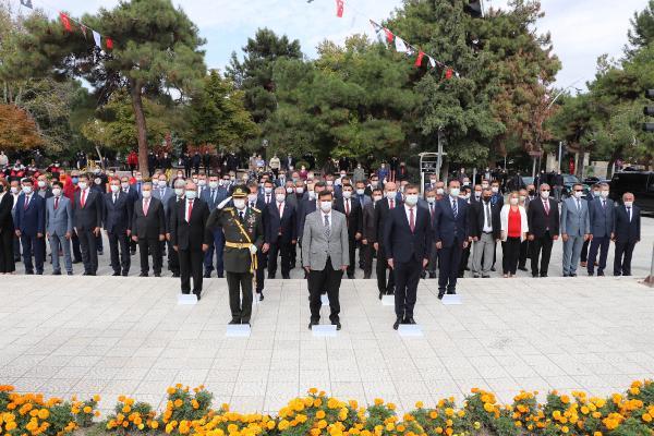 BURDUR'DA TURKIYE CUMHURIYETI'NIN KURULUSUNUN 97'NCI YIL DONUMU KUTLAMALARI, ATATURK ANITI'NA CELENK SUNULMASIYLA BASLADI.(FOTO:BURDUR-DHA)