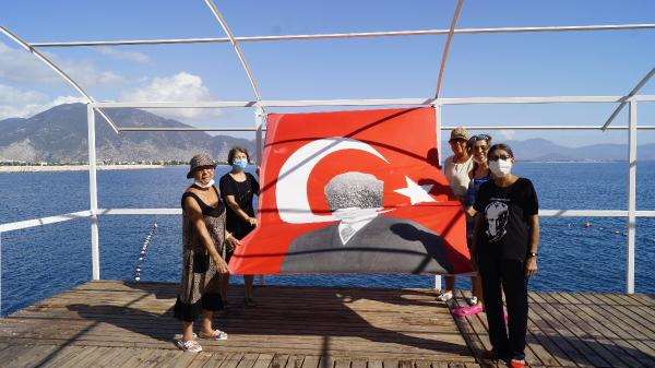 ANTALYA'NIN FINIKE ILCESINDE BIR GRUP KADIN, DENIZDE TURK BAYRAGI ACARAK, CUMHURIYET BAYRAMI'NI KUTLADI.(FOTO:SUAT SOGUT/FINIKE-DHA)