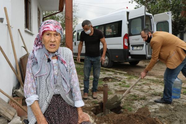 KOCAELI'NIN KANDIRA ILCESINDE YASAYAN 85 YASINDAKI HATICE FIDAN'IN TURK BAYRAGI ISTEGI YERINE GETIRILDI. BELEDIYE EKIPLERINCE EVININ ONUNE DIREK DIKILIP TURK BAYRAGI GONDERE CEKILDI FOTOGRAF-KANDIRA-DHA