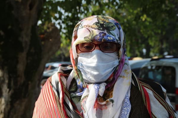 MESUT YILMAZ'IN OLUM HABERINI ALAN CAYELILI HEMSEHRILERI GOZYASLARII TUTAMADI. FOTO:ARZU ERBAS/RIZE-DHA