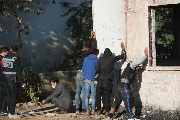 ANTALYA'DA ADI UYUSTURUCUYLA ANILAN YESILDERE MAHALLESI'NDE, 300 POLISIN KATILIMIYLA OPERASYON DUZENLENDI.(FOTO:IBRAHIM LALELI/ANTALYA-DHA)