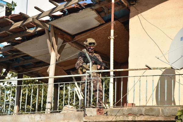ANTALYA'DA ADI UYUSTURUCUYLA ANILAN YESILDERE MAHALLESI'NDE, 300 POLISIN KATILIMIYLA OPERASYON DUZENLENDI.(FOTO:BULENT TATOGULLARI/ANTALYA-DHA)