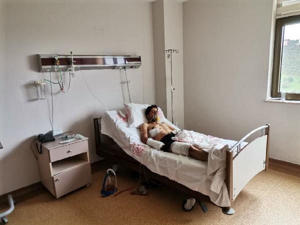 GIRESUN'UN ALUCRA ILCESINDEKI KIRSAL ALANDA AYI SALDIRISI SONUCU YARALANAN FATIH COSTUR (35), HASTANEDE TEDAVIYE ALINDI. COSTUR, YAPILAN KORONAVIRUS TESTININ POZITIF CIKTIGI OGRENILDI. FOTO: DHA-ARSIV