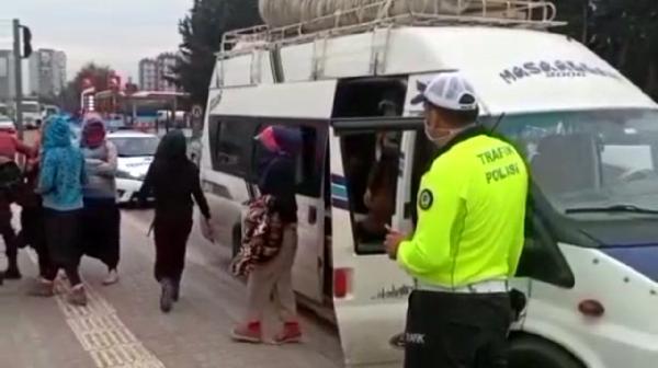 ADANA'DA POLIS KONTROL NOKTASINDA DURDURULAN 17 KISILIK MINIBUSTEN 41 YOLCU CIKTI. FOTO: ADANA, (DHA)