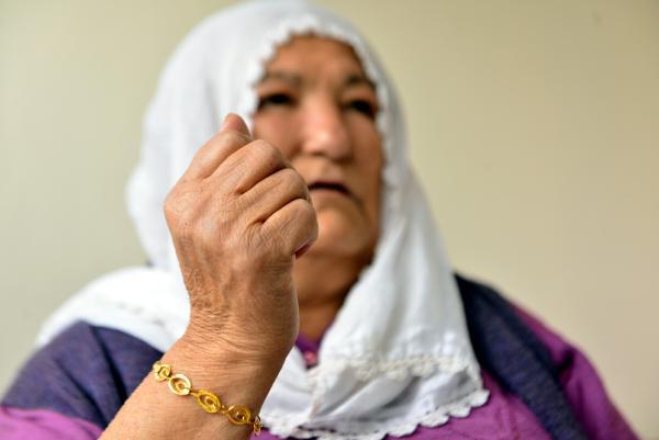 """ADANA'DA TEK YASAYAN SERIFE KOSE (60), KOLUNDAKI ALTIN BILEZIKLERIN CALINDIGI KORKU DOLU ANLARI, """"BAYILTMAYA CALISTI. 'BENI OLDURME OGLUM. NE VARSA GOTUR' DEDIM"""" DIYEREK ANLATTI. FOTO: RUSAN ANIL ATAR/ADANA, (DHA)"""