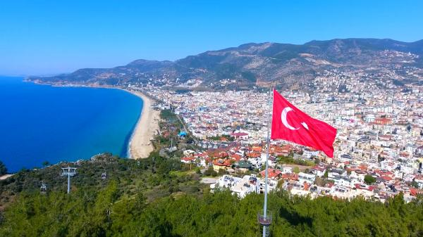 ANTALYA'NIN ALANYA ILCESI TURKIYE'DE EN COK YERLESIK YABANCININ YASADIGI ILCELERIN BASINDA GELIYOR. ALANYA'DA KARAYIP ADALARI'NDAN, HABESISTAN'A KADAR YAKLASIK 120 FARKLI MILLETTEN INSAN YASIYOR. (FOTO:ALANYA-DHA)