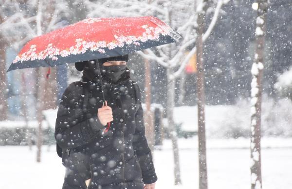 ESKISEHIRDE SABAH SAATLERINDE ETKILI OLAN KAR YAGISI KENTI KISA SUREDE BEYAZA BURUDU.  (FOTO:ENGIN OZMEN/ESKISEHIR-DHA)