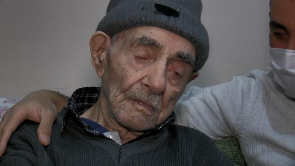 """(AHMET TOPAL-FOTOGRAFTA) BURSA'DA KORONAVIRUSE YAKALANAN 93 YASINDAKI KORE GAZISI AHMET TOPAL VE 83 YASINDAKI ESI DILBER TOPAL, VIRUSU HASTANEYE GITMEDEN EVLERINDE DINLENEREK ATLATTI. DILBER TOPAL HASTALIK SURECINI ANLATIRKEN, """"COK SUKUR RAHATIZ, HASTALIGI AGIR GECIRMEDIK"""" DEDI. FOTO:SEMIH SAHIN-BURSA-DHA"""