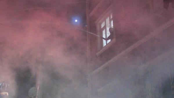 BEYOGLU'NA HURDA DEPOSUNDA CIKIP YAN BINALARA DA SICRAYAN YANGINI ITFAIYE BIR SAAT SUREN MUCADELE SONUCU SONDURDU(FOTO: BUGRA AKAY / ISTANBUL DHA)
