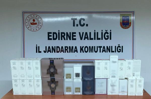 EDIRNE'DE, JANDARMA TARAFINDAN DURDURULAN YOLCU OTOBUSUNDE ISTANBUL'DAN, ROMANYA'YA GOTURULMEK ISTENEN 58 SISE GUMRUK KACAGI PARFUM ELE GECIRILDI. (FOTO: DHA,EDIRNE)