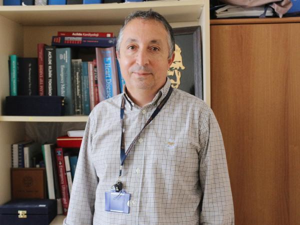 AKDENIZ UNIVERSITESI (AU) HASTANESI BASHEKIM YARDIMCISI PROF. DR. YILDIRAY CETE, GEREKLI ONLEMLERI ALMASINA RAGMEN KORONAVIRUSE YAKALANDIGINI, HASTALIGI ORTA SIDDETTE ATLATTIGINI ANLATTI.(FOTO:ASLI DURAN/ANTALYA-DHA)