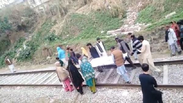 Pakistan'da TikTok videosu çekerken tren çarpan genç hayatını kaybetti (DHA)