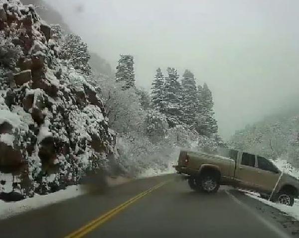 ABD'de buzlanan yolda kontrolden çıkan araç 10 metreden düştü (DHA)