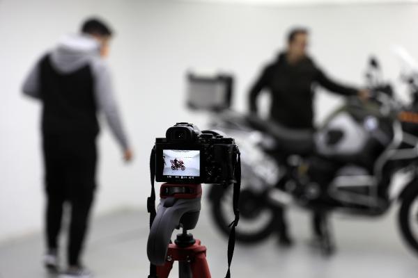 ANTALYALI GIRISIMCI KADIR TIMUR, IKINCI EL ARAC ALMAK ISTEYENLER DAHA DETAYLI FOTOGRAF VE VIDEO GORMEK ISTEYINCE 'OTO-FOTO STUDYOSU' KURDU. DONER PLATFORMDA ARACIN HEM FOTOGRAFI HEM DE VIDEOSU 100 LIRAYA CEKILEN STUDYOYA, GUNLUK 13 ARAC GIDIYOR.(FOTO:ALPARSLAN CINAR/ANTALYA-DHA)