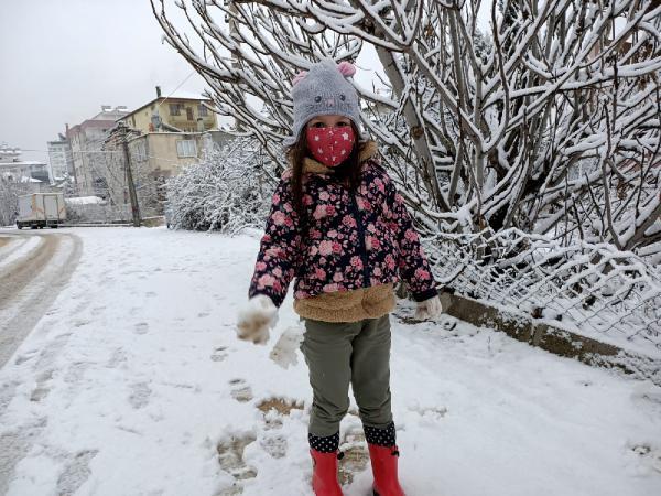 ANTALYA'NIN ELMALI ILCESINDE KAR YAGISI ETKILI OLDU. (FOTO:MEHMET AKIN/ELMALI-DHA)