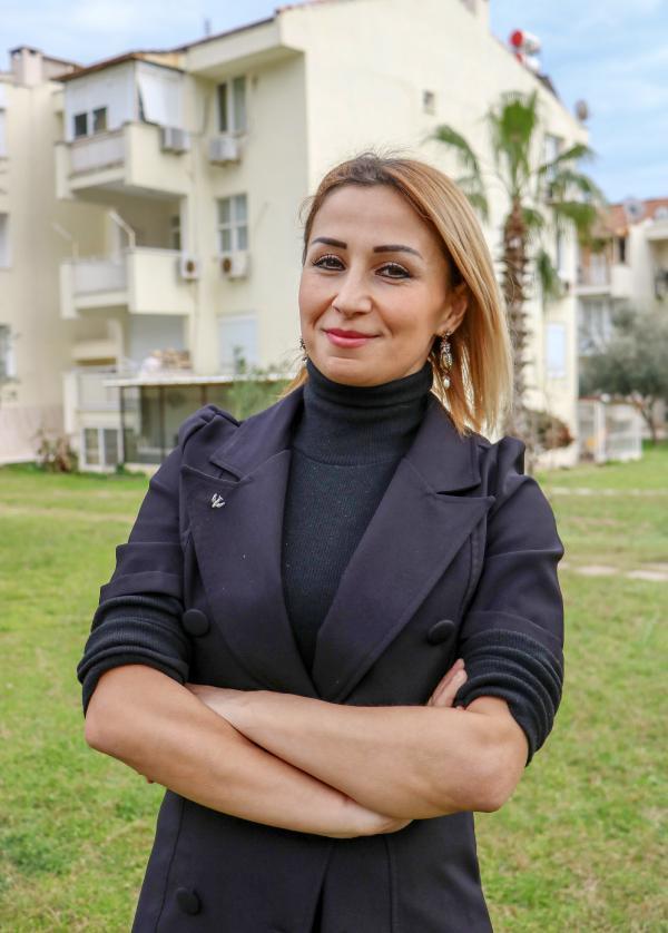 ANTALYA'DA YASAYAN KABIN MEMURU SAADET SARI (34), ELINE GECEN HATALI BASIM 100 LIRAYI, KANSER HASTASI COCUKLARIN TEDAVISINDE KULLANILMAK UZERE SATMAK ISTIYOR.(FOTO:SEMIH ERSOZLER/ANTALYA-DHA)