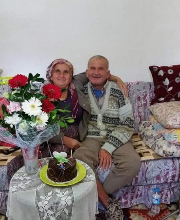 FETHIYE- ANTALYA KARAYOLUNUN YAKABAGI MEVKISINDE YABANCI PLAKALI TIR ILE CARPISAN OTOMOBILDE YASAMINI YITIRENLERIN AYSE IKIZ (SOLDA), DAMADI SAVAS ALACA (34), KIZI UMMUHAN ALACA (29), TORUNU EMIR ALACA (10) ILE AGABEYI MEHMET SERTER (SAGDA) OLDUGU OGRENILDI.(FOTO:KAS-DHA)