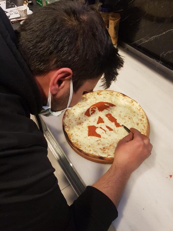 KAYSERI'DE PIZZA USTASI ORHAN KAHRAMAN'IN (30) YAPTIGI RESIMLI PIZZALAR GORENLERIN DIKKATINI CEKIYOR.  FOTO: YASIN DALKILIC-KAYSERI-DHA