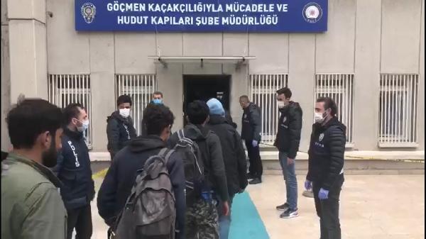 TURKIYE'YE KACAK YOLLARLA GIREN AFGANISTAN VE PAKISTAN UYRUKLU 40 KISI, POLIS EKIPLERINCE DURDURULAN MINIBUSTE YAKALANDI. FOTO-ANKARA-DHA