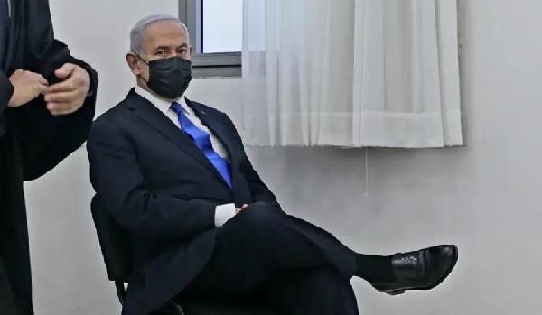 """Yolsuzluktan yargılanan Netanyahu'ya """"bacak bacak"""" üstüne poz tepkisi (DHA)"""