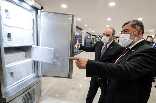 SANAYI VE TEKNOLOJI BAKANI MUSTAFA VARANK, ISTANBUL'DA OZTIRYAKILER FIRMASININ URETTIGI ASI SAKLAMA DOLABINI INCELEDI.  FOTO-ANKARA-DHA