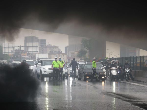 Ataşehir D-100'de korku dolu anlar! Otomobil alev topuna döndü 2 – a1ee80d7af58b12e2dff73adfeaa19ef