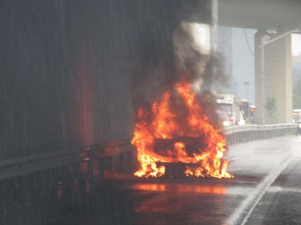 Ataşehir D-100'de korku dolu anlar! Otomobil alev topuna döndü 1 – d161c3cf4cf2b7363d34ad366b90e55c