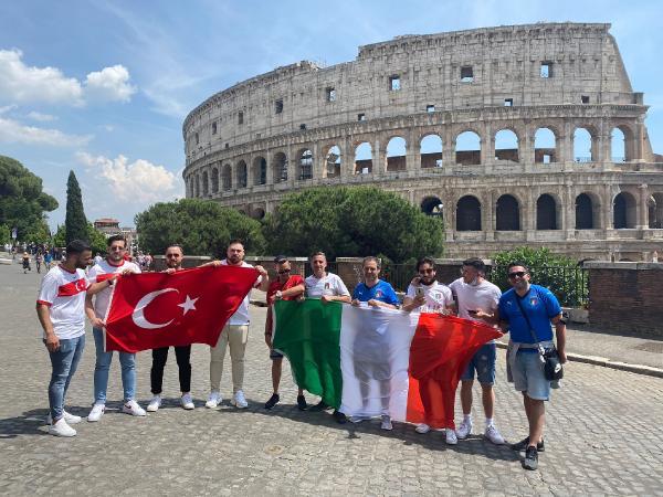 TURKIYE - ITALYA MACI ONCESI TURK VE ITALYAN TARAFTARLAR SERHAN TURK - ROMA / DHA