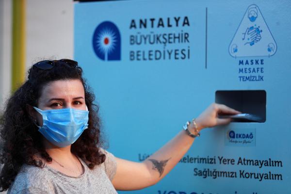 ANTALYA BUYUKSEHIR BELEDIYESI, KONYAALTI SAHILI'NE GERI DONUSUMLU ATIK OTOMATI VE MASKE OTOMATI YERLESTIRDI. OTOMATLAR ILE CEVRE BILINCININ ARTTIRILMASI AMACLANIYOR.(FOTO:ANTALYA-DHA)