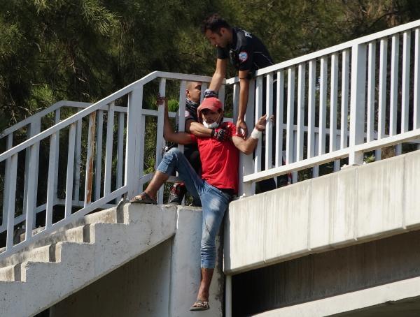 ANTALYA'DA SURIYELI IMAD ALIWI MUSTAFA (23) UST GECITTEN ATLAMAK UZEREYKEN MOTOSIKLETLI POLIS TIMLERI TARAFINDAN OMZUNDAN YAKALANARAK KURTARILDI. (FOTO:SULEYMAN EKIN/ANTALYA-DHA)