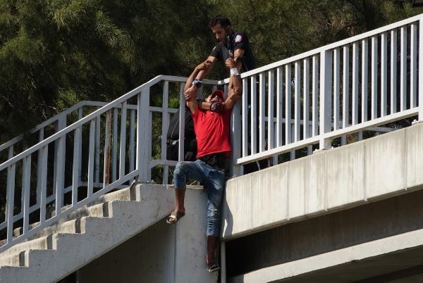 ANTALYA'DA SURIYELI IMAD ALIWI MUSTAFA (23) UST GECITTEN ATLAMAK UZEREYKEN MOTOSIKLETLI POLIS TIMLERI TARAFINDAN OMZUNDAN YAKALANARAK KURTARILDI.(FOTO:SULEYMAN EKIN/ANTALYA-DHA)