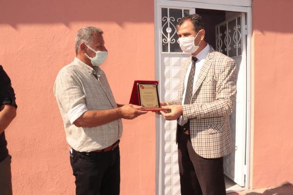 Midyat Milli Eğitim Müdürü Abdulkadir Altay, Köy Muhtarı Şehmus Altunkaynak 'a plaket verdi