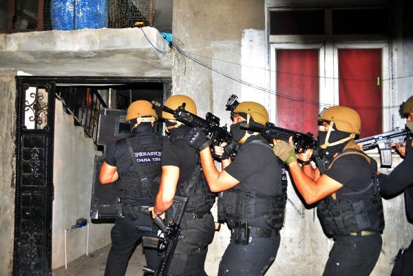 ADANA VE ISTANBUL'DA TEROR ORGUTU DEAS'A YONELIK SAFAK OPERASYONU DUZENLENDI. FOTO: GOKHAN KESKINCI/ADANA, (DHA)