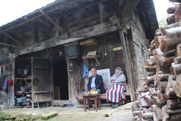 IC KARISIKLIKTA MYANMAR'A GIDEMEYEN BUYUKELCI ALI SAIT AKIN MEMLEKETI HEMSIN'DE AILESI ILE ZAMAN GECIRIYOR. FOTO:RUKIYE MEYVECI/RIZE-DHA