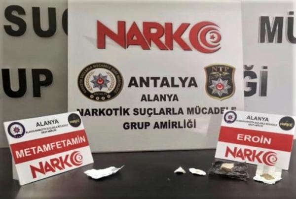 ANTALYA'NIN ALANYA ILCESINDE POLIS OTOMOBILLE ILCEYE UYUSTURUCU MADDE GETIREN 2 SUPHELIYI YAKALAYIP, GOZALTINA ALDI. (FOTO:ALANYA-DHA)