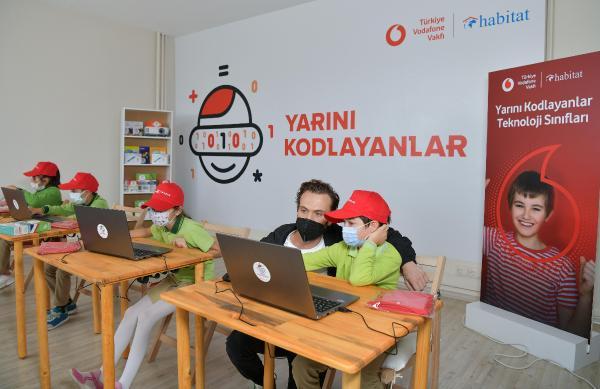 ISTANBUL (DHA) - ARAS BULUT IYNEMLI, 'YARINI KODLAYANLAR' ICIN KOCAELI'DE COCUKLARLA BULUSTU